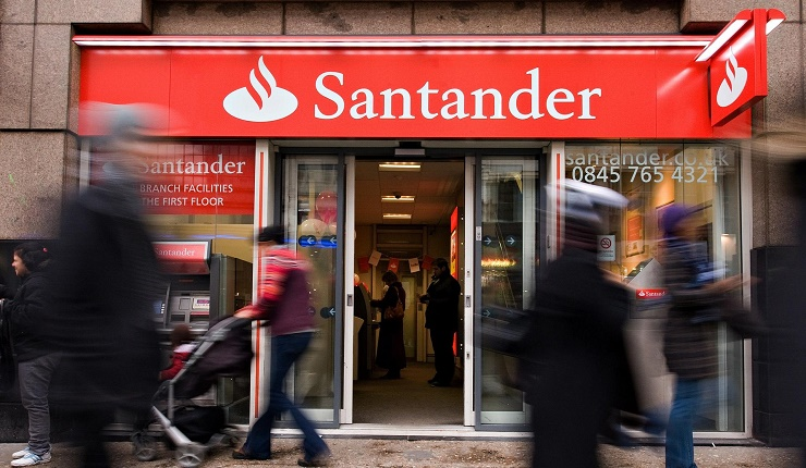 "huGO-BildID: 32860465 (FILES) In a file picture taken on January 11, 2010 shoppers pass a branch of the newly-branded Santander bank in central London. British police said on September 13, 2013 they have arrested 12 men over a ""sophisticated"" plot to remotely take control of a computer at a branch of Santander bank and steal millions of pounds. AFP PHOTO / LEON NEAL"